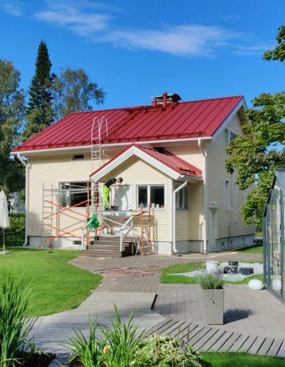 Mahtavasti maalattu talo, Kärkimaalaus Oy Oulu.