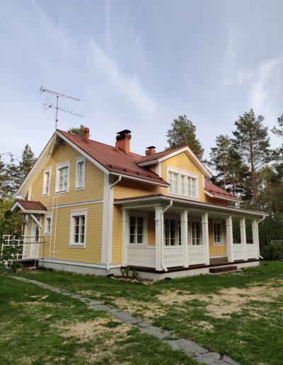 Upea yleisnäkymä valmiiksi maalatusta talosta, Kärkimaalaus Oy Oulu.